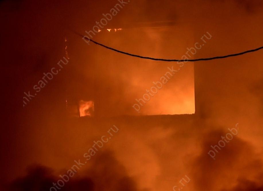 ВЭнгельсе изгорящего дома эвакуировали 12 человек