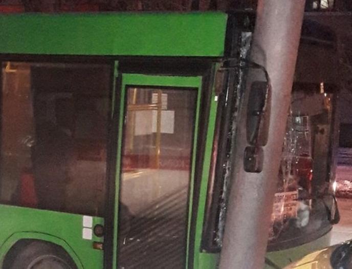 ВЗаводском районе автобус спассажирами врезался встолб