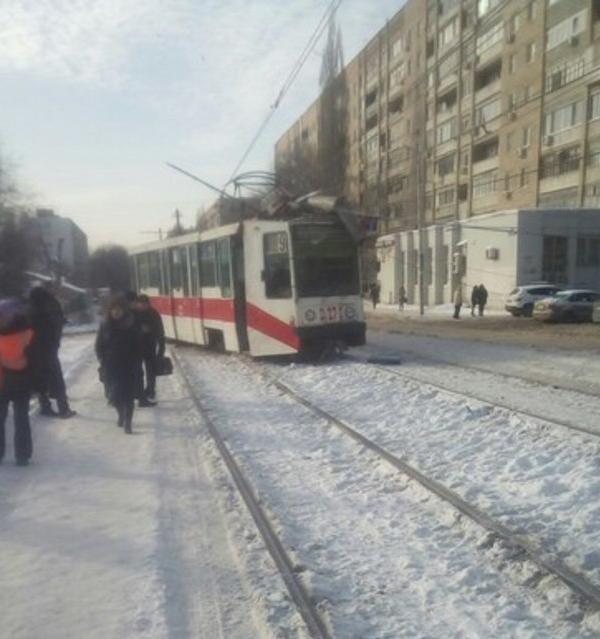 Движение трамваев №9 парализовано из-за схода вагона срельсов
