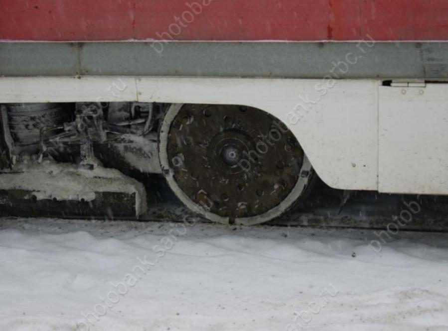 ВСаратове сошедший срельсов трамвай №9 снес дорожный знак