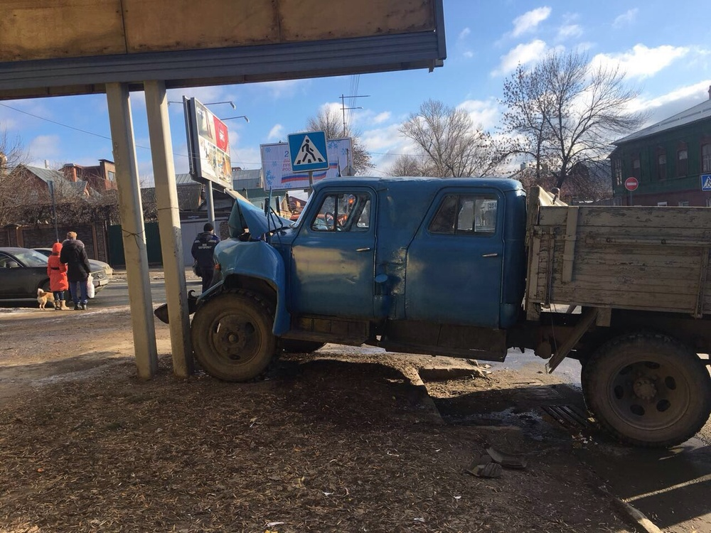ВСаратове после столкновения фургон сбил девушку натротуаре