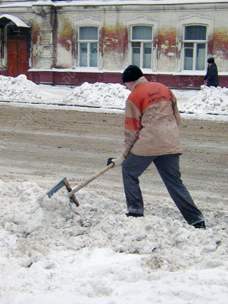 Жителям Саратова напомнили о штрафах за выбрасывание снега на проезжую часть