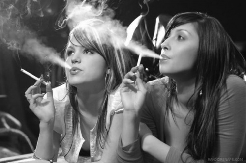 Фото курящая девушка в тонких серых колготках