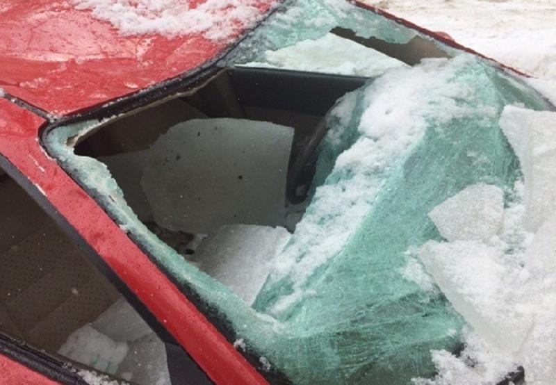 Упавший с крыши лед изуродовал машину