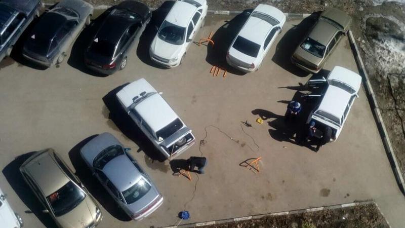 Жильцы дома заставили двор парковочными блокираторами