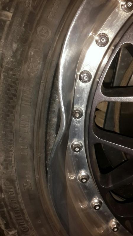 Автомобили пробивают шины в яме вокруг люка на дороге