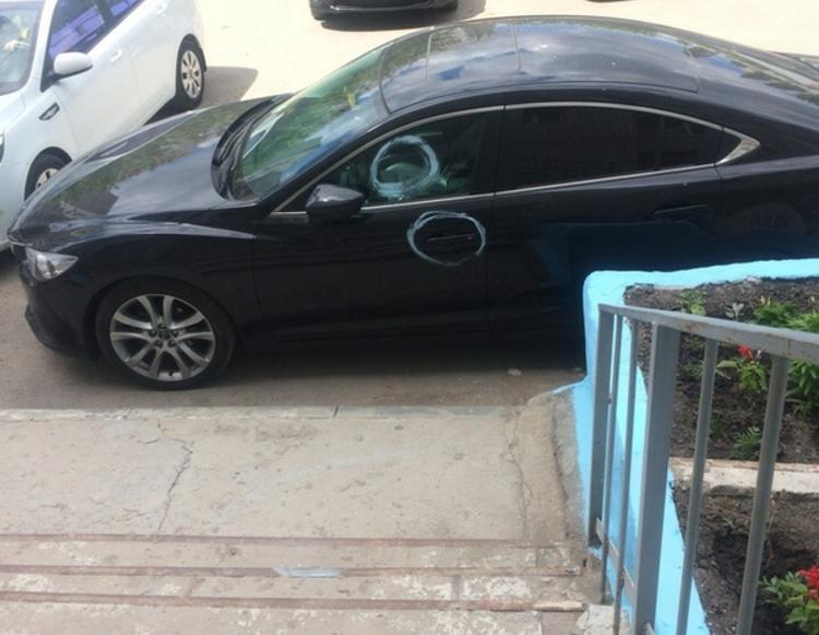 Пенсионерка разрисовала краской мешавшую ей машину