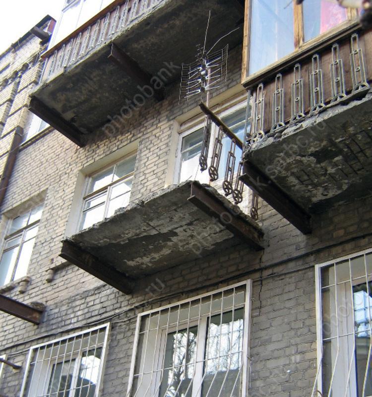 Из-за обрушения перил балкона погибла женщина